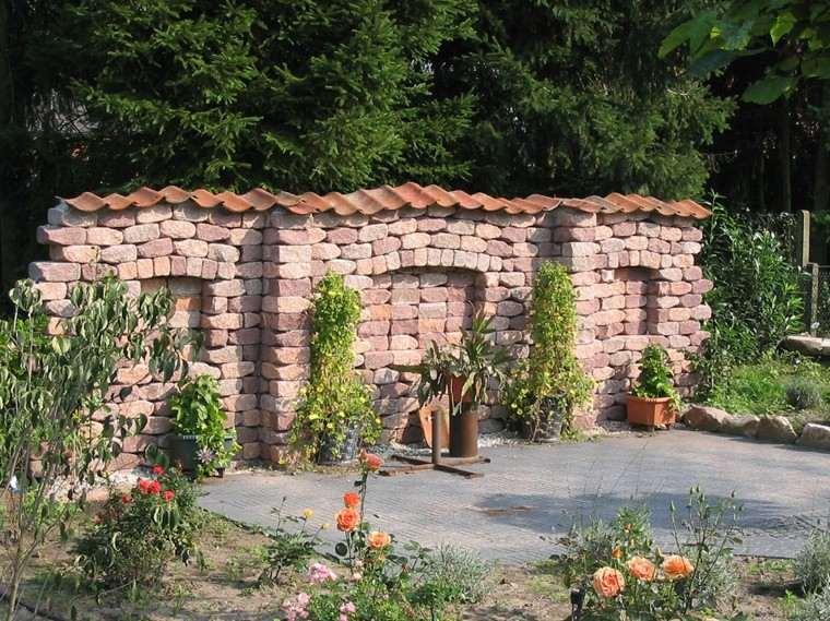 Bloques grandes de piedra dividen los espacios en este jardín