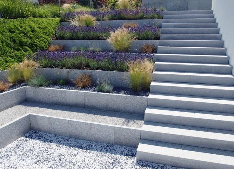 muro granito varios niveles escalera flores ideas