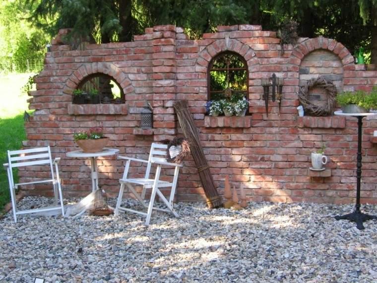 muro interesante baldosas ventanas idea jardin sillas mesa blancas
