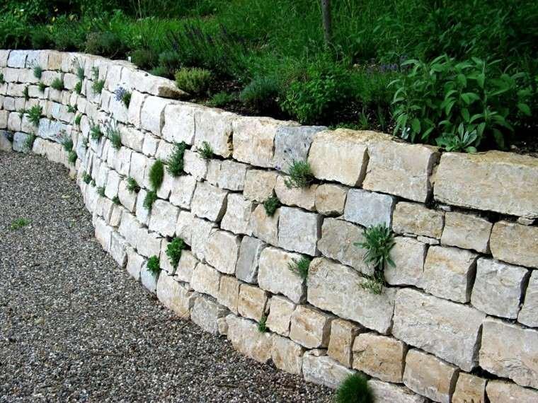 muro piedras grandes alto flores hierbas ideas