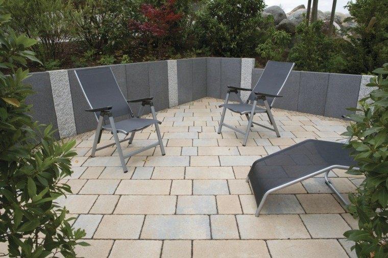 muros hormigon jardin rodeado plantas sillas descanso ideas