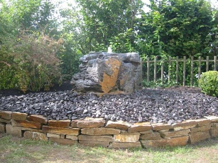 muros piedra grande fuente jardin agua ideas