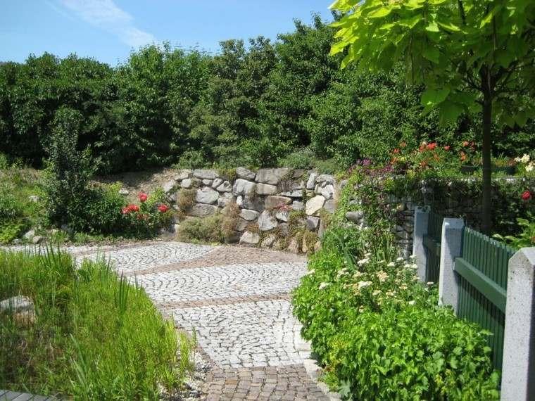 muros piedras grandes valla madera verde ideas