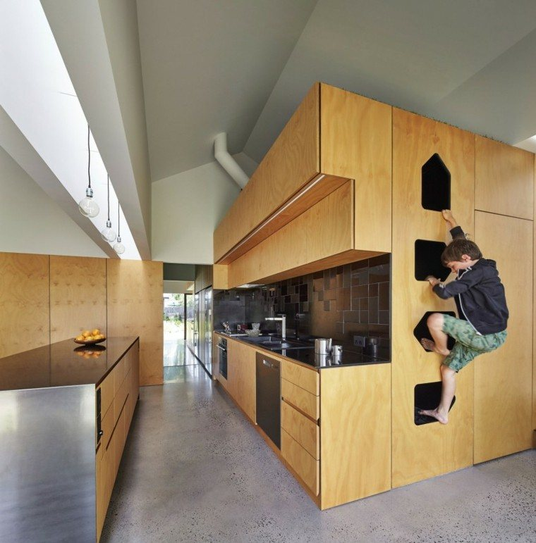 niño trepando mueble madera cocina