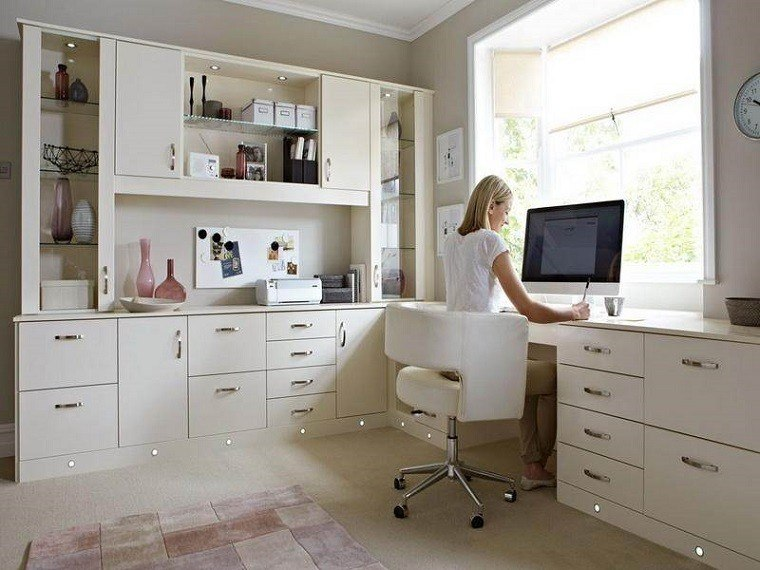 oficina blanca mujer rubia sentada
