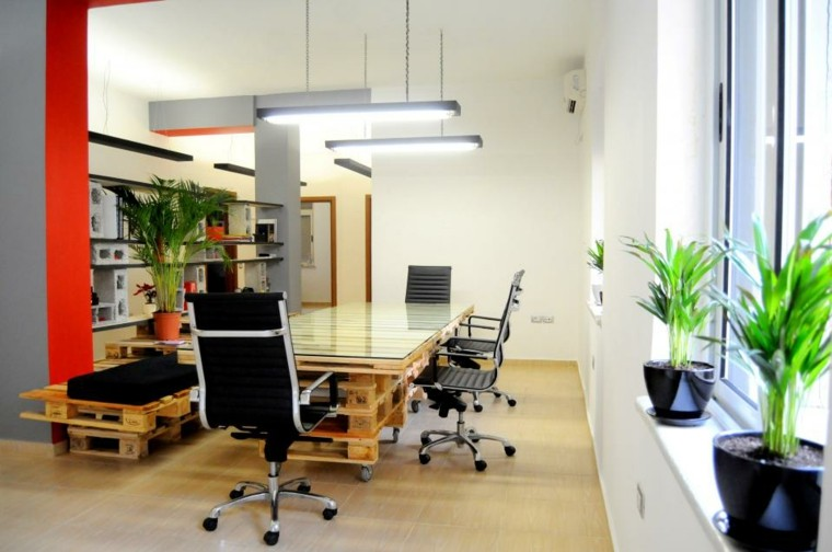 oficina sillas mesa maceta reuniones