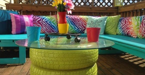 Decoración con palets de colores vibrantes en el jardín