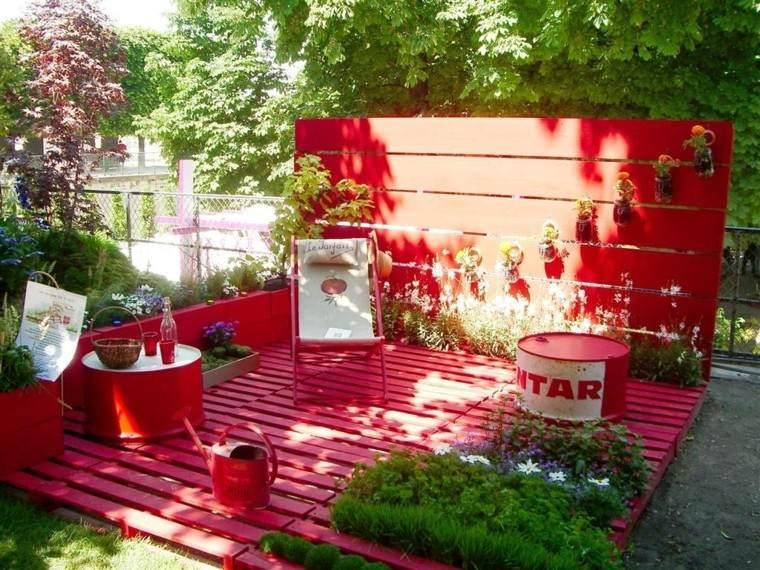Decoraci n con palets de colores vibrantes en el jard n - Reciclar palets para jardin ...