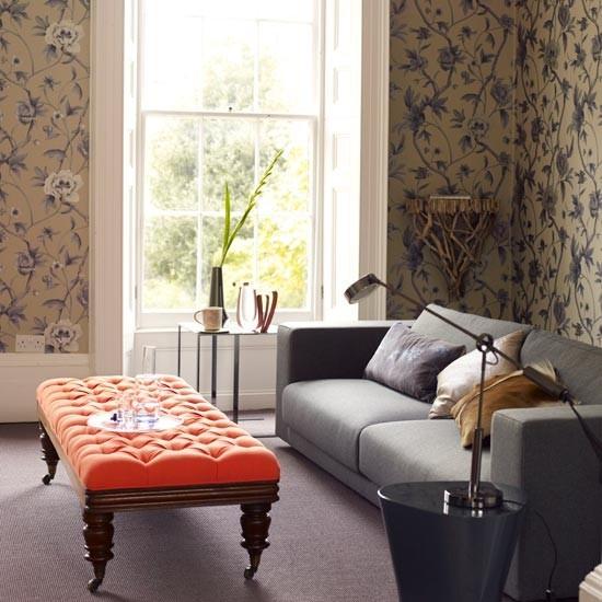 papel pared estampa floral taburete naranja salon moderno