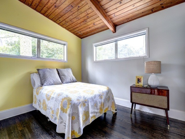 pared amarilla gris techo madera