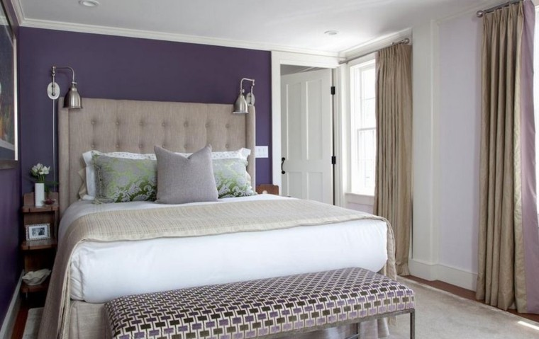pared color purpura oscuro cama grande cortinas beige moderno