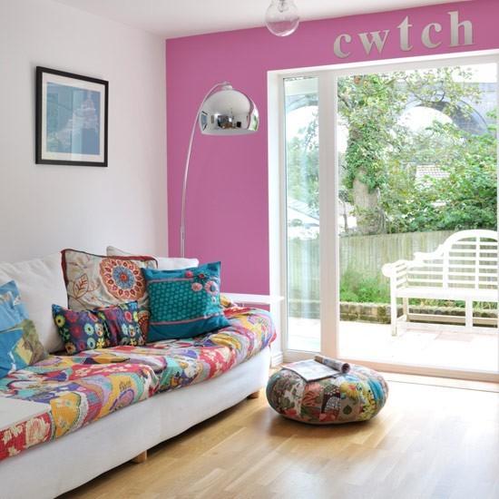 pared color rosa blanco decorado letras sofa ideas