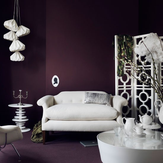 paredes color purpura oscuro salon butaca grande moderno