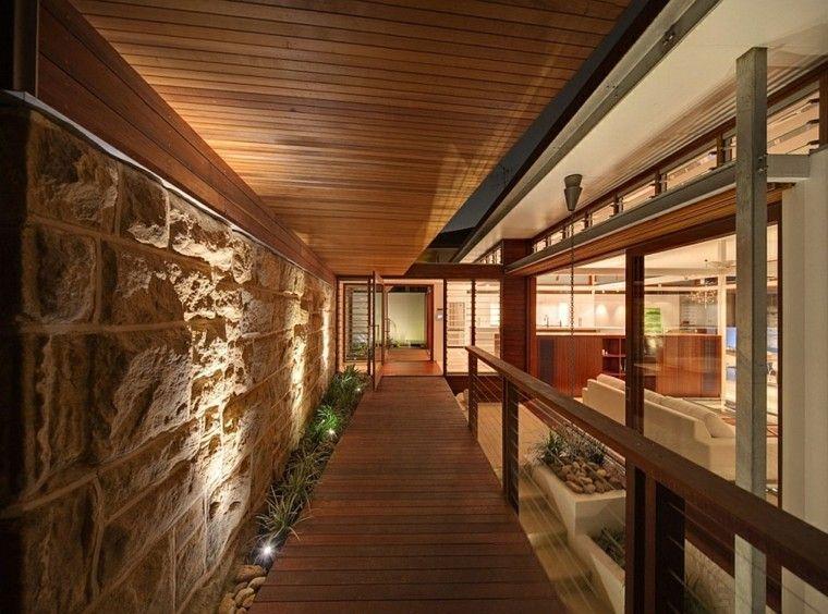 pasillo interior camino madera teca