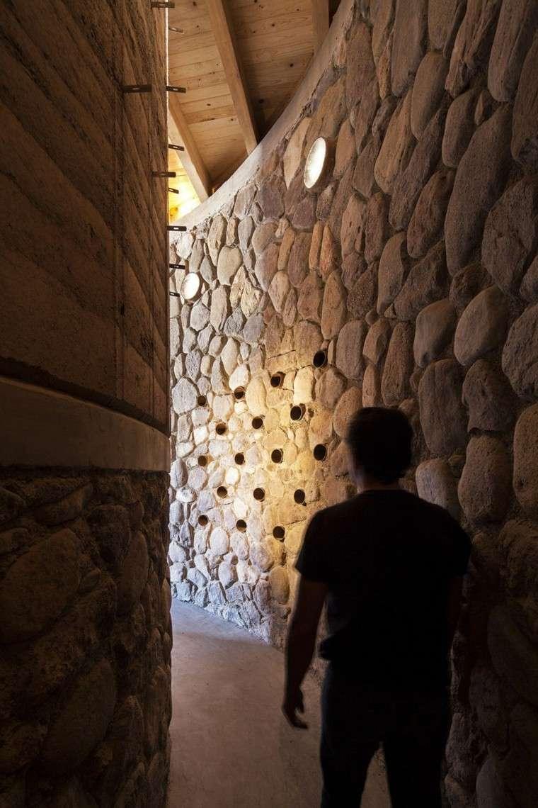 pasillo piedra rio hombre andando
