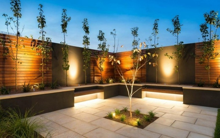 patio diseño arboles luces grava muro