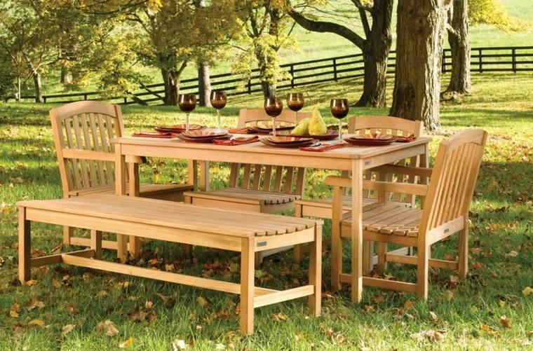 patio mesa sillas exterior cesped arboles