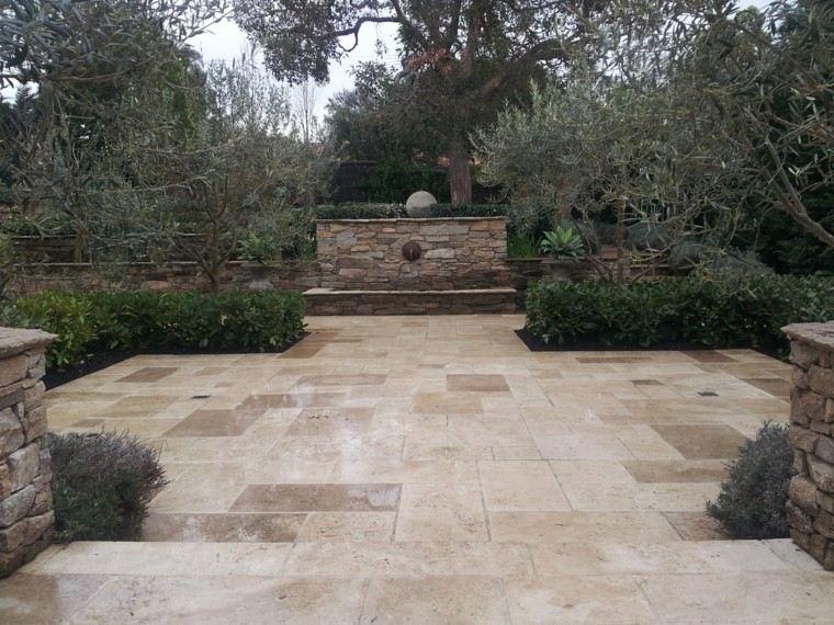 patio piedras jardin esferas estanque