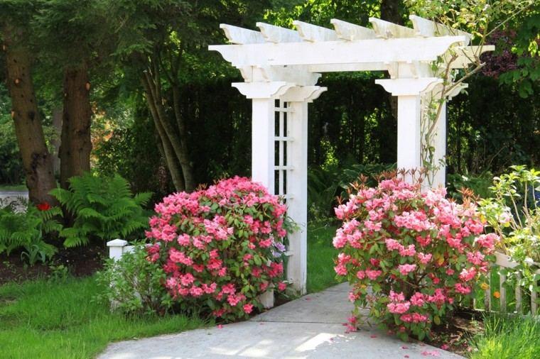 pergola blanca madera entrada jardin