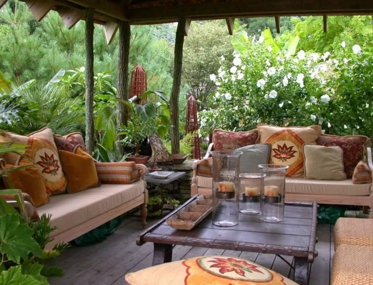 planatas jarrones sofa madera cojines