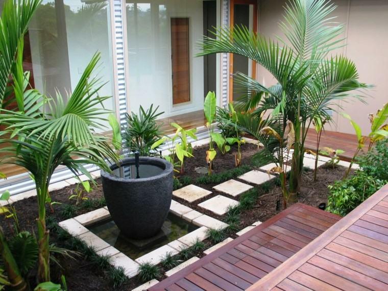 plataforma madera jarron palmera fuente