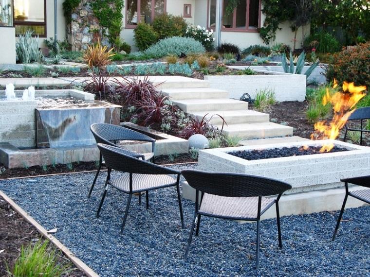 plazoleta chimenea muebles jardin grava