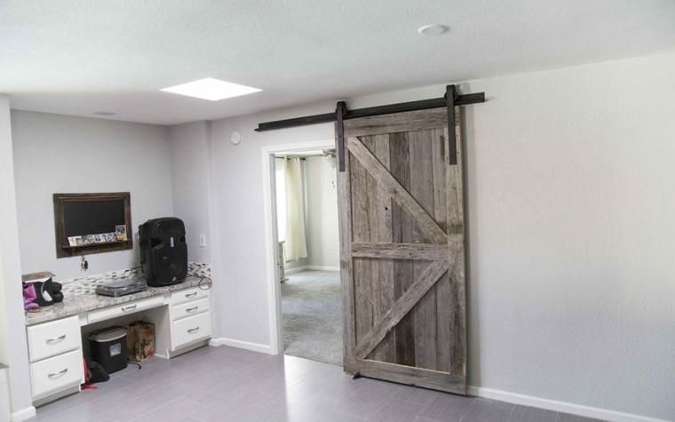 Puertas correderas de madera para el cuarto de ba o for Puerta corredera de taller