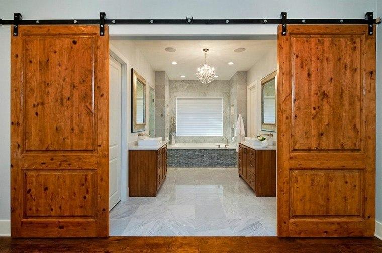 puertas madera barnizada cuarto baño