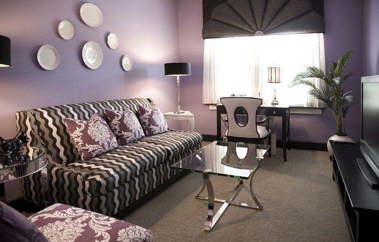 purpura agradable pared decorada platos