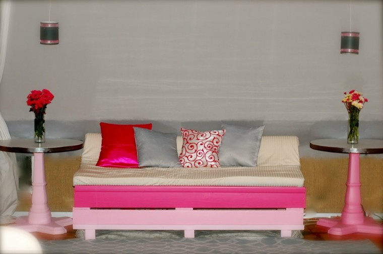 rosa salon palets mueble jarrones flores