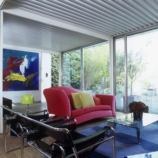 salon amplio moderno sofa rojo alfombra azul mesa cristal ideas