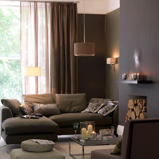 salon decorado estanterias velas pared oscura cortinas transparentes