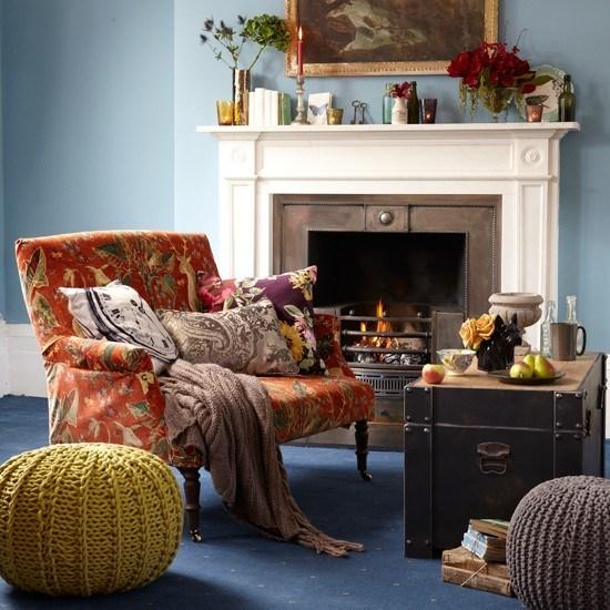 salon paredes alfombra azul chimenea taburetes originales ideas