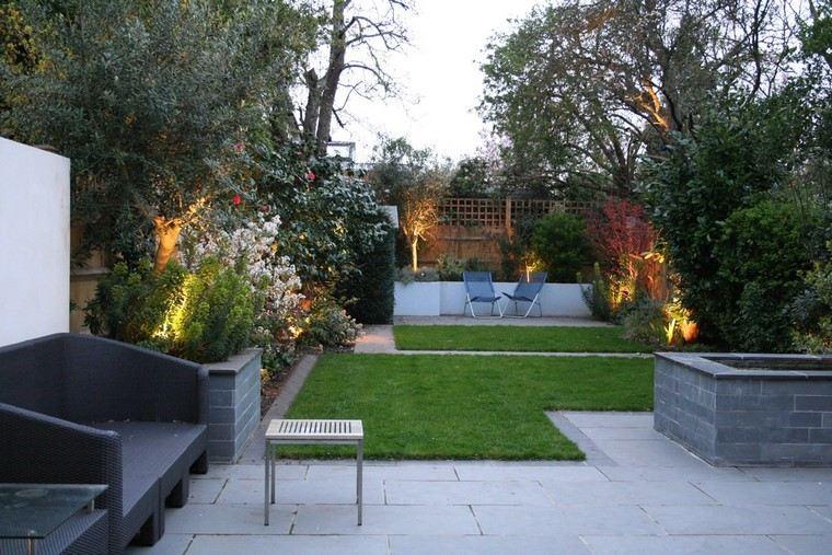 sillas azules fondo acero jardineras