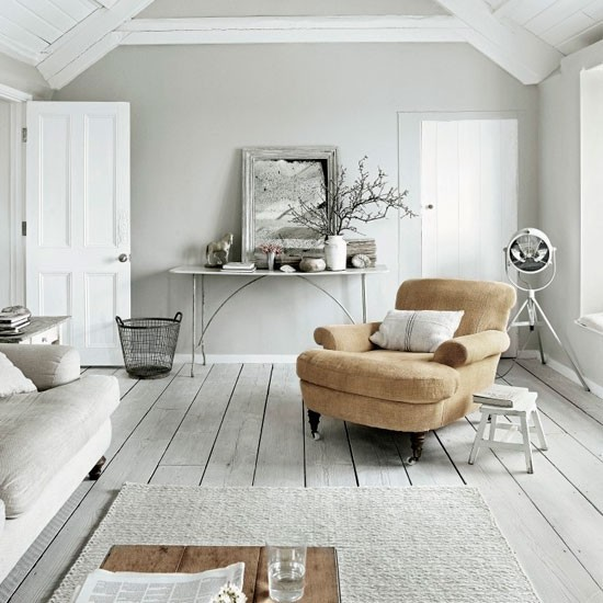suelo madera pintada gris butaca amarilla salon vintage