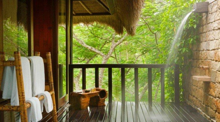 terraza madera ducha cascada jardín
