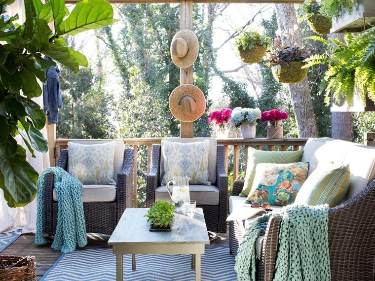 terraza mesa madera alfombra plantas ideas