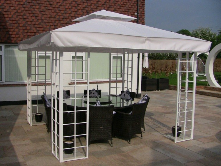 terraza pergola blanca muebles rattan mesa redonda ideas