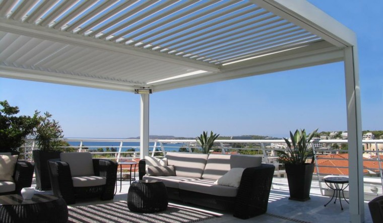 terraza pergola mobiliario oscuro moderno