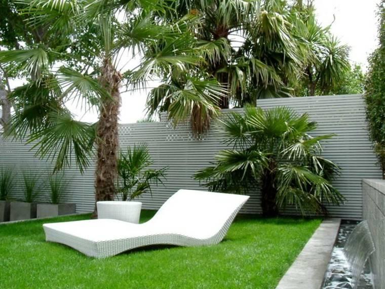 tumbona patio trasero muro listones horizontales