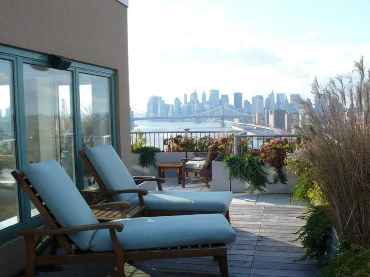 tumbonas azul terraza cojines madera balcon