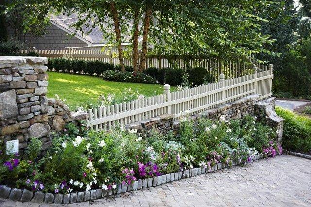 valla madera blanca rodeada plantas