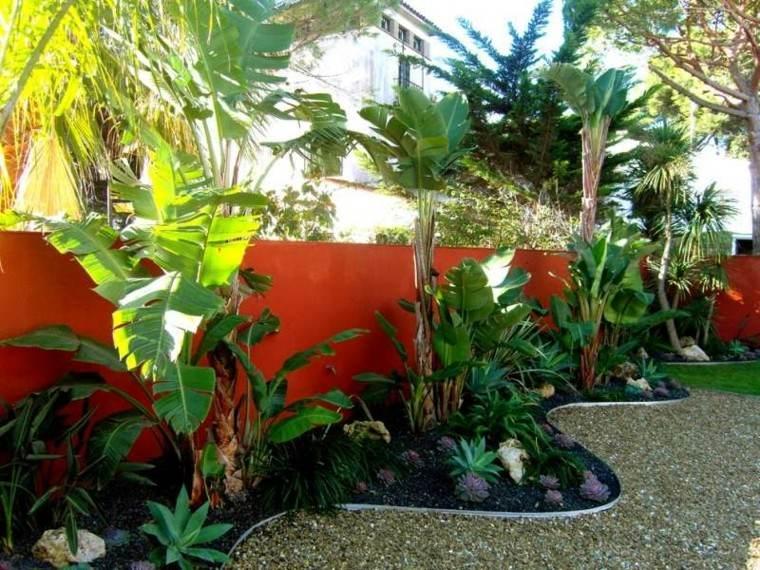 valla roja estilo tropical plantas jardin guijarros ideas