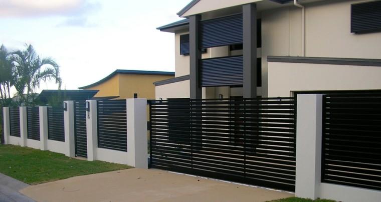 Vallas de madera y vallas met licas para el jard n for Casas modernas con puertas blancas