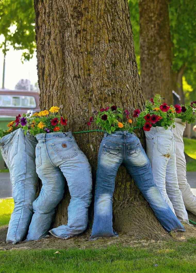 vaqueros macetas flores rodean arbol