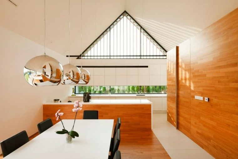 alargada pared madera cubierta lamparas