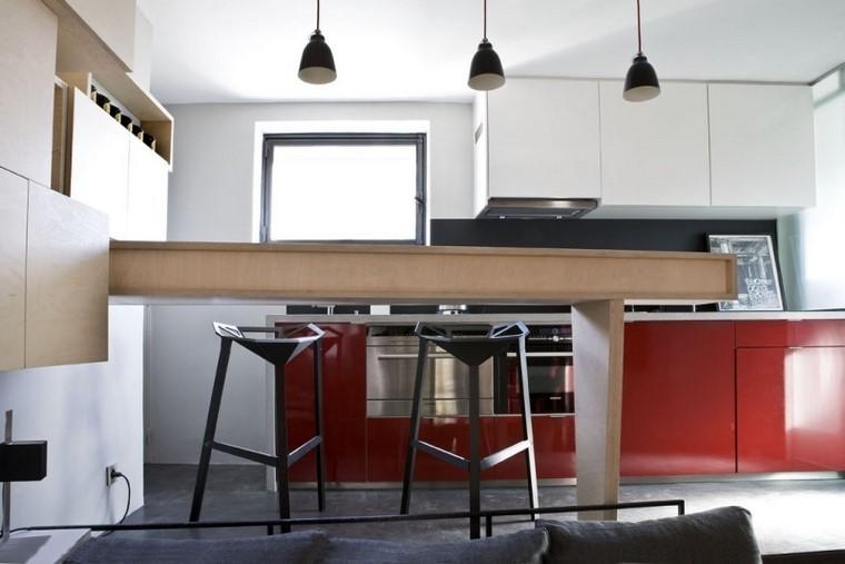 armarios cocina color rojo madera taburetes negros modernos