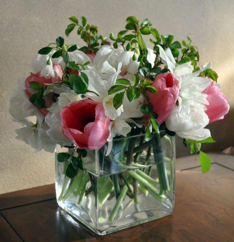 ramos de flores en recipientes de cristal muy modestos
