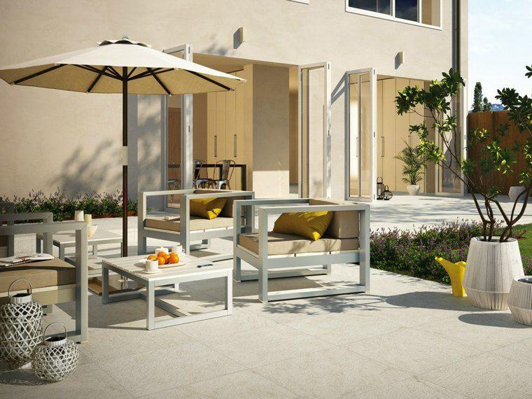 baldosas jardin muebles blancos sombrilla ideas
