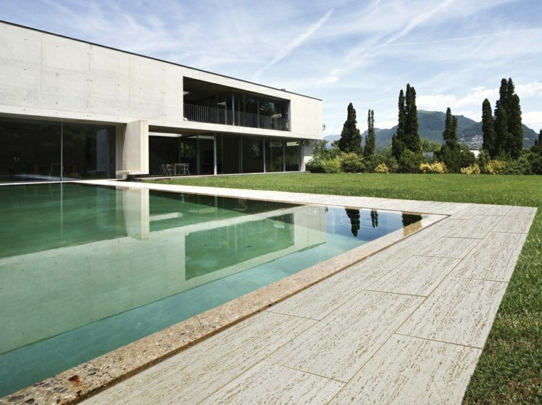 baldosas jardin piscina cesped amplio ideas